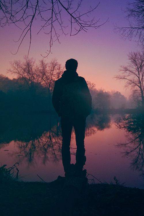 homme de dos crépuscule aube violet lylouanne tumblr