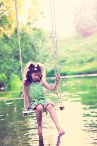 balançoire petite fille borninmay26 tumblr