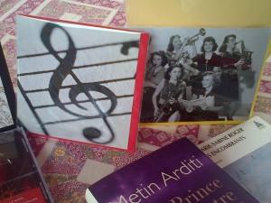 Encore deux  cartes qui évoquent la musique, en noir et blanc, j'adore !