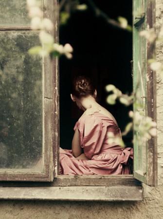 femme dos fenêtre ana-rosa
