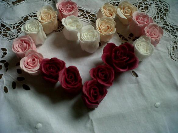 J'ai bien essayé de faire un coeur avec mes petites roses de savon, mais bon...il est malhabile ce coeur ! En même temps... vous me connaissez !