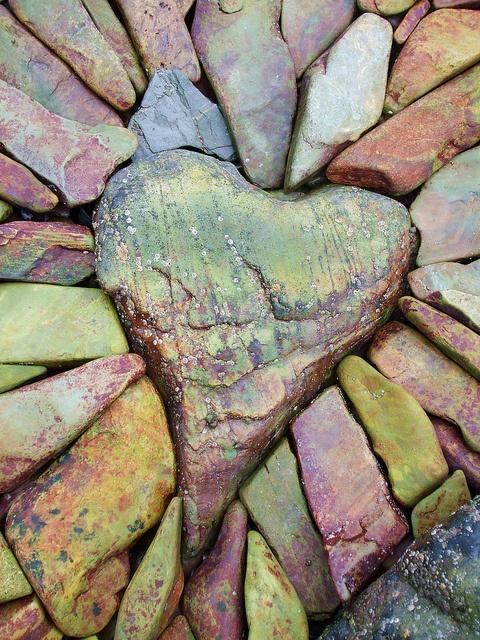 coeur enchâssé dans des pierres de couleur au naturel