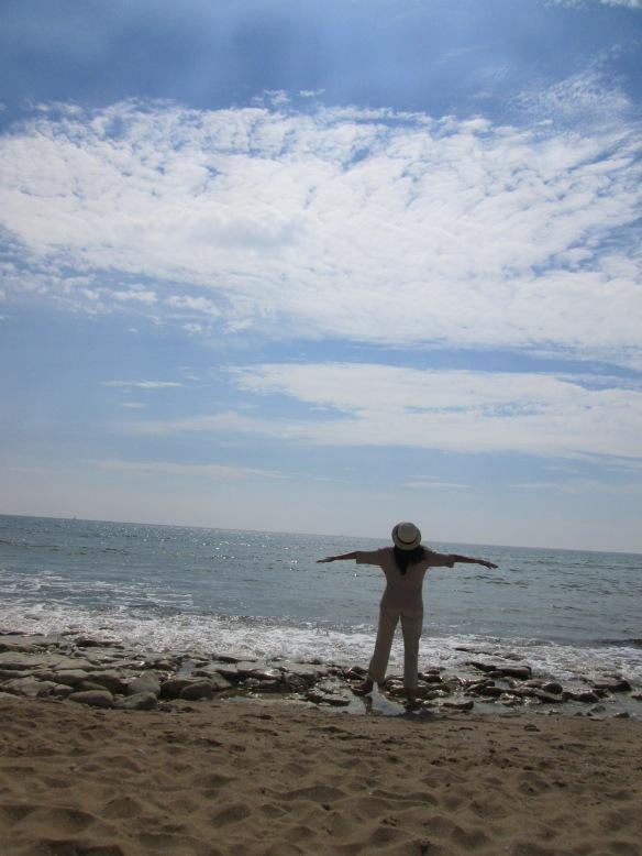 Face à la mer, je tends les bras pour saisir un peu de la magie de cet instant, ce n'est qu'un au revoir, je reviendrai en hiver !