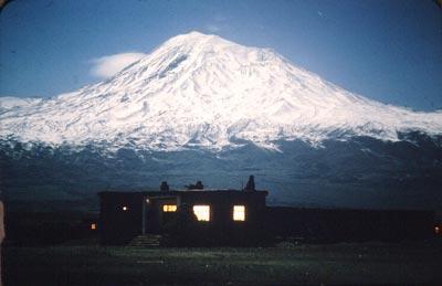"""Le mont Ararat, """"berceau de l'humanité"""" culmine à 5165 mètres, un symbole pour l'Arménie qui se l'est vu reprendre par les turcs en 1915. Situé entre l'Arménie, la Turquie et la Perse. (l'Iran)."""