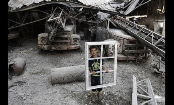 a enfant liberté enfant avec une fenêtre guerre