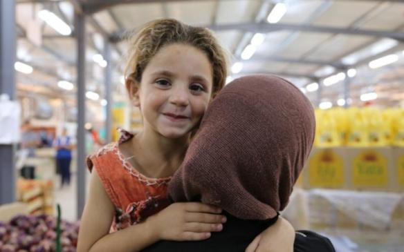 a enfant liberté fille avec sa maman en Syrie