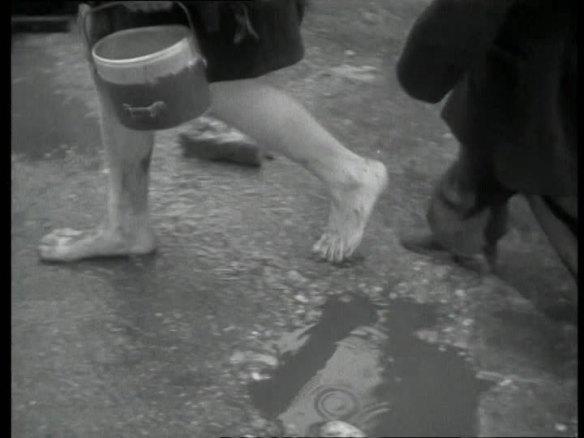 a enfant liberté pieds nus
