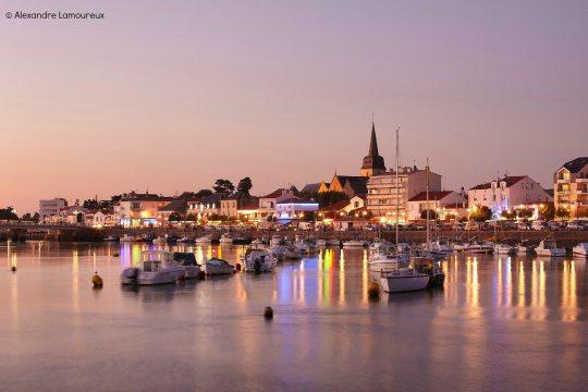 clic sur la photo pour la source - Saint-Gilles-Croix-de-Vie à l'étale au petit matin alors que la mer ne vas pas tarder à remonter...