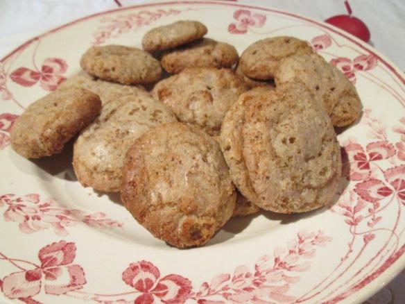 Pour aller avec le thé, les macarons aux noix faits par Sandrion, une tuerie !!! D'ailleurs, il était temps que je prenne la photo... Sandrion m'avait dit de ne pas les laisser traîner...j'obéis !