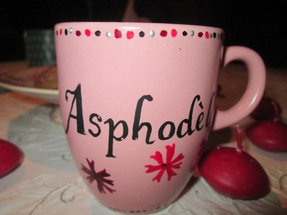 Alors là, j'en suis restée baba !!! Un mug peint à main, personnalisé, j'ai été touchée ! En plus on peut boire dedans, c'est pas seulement pour faire joli ! Rose, bien sûr !^^