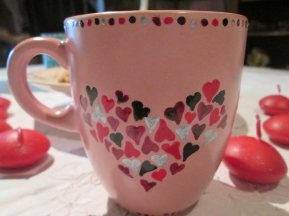 L'autre face du mug, des petits coeurs... Et autour vous pouvez voir les jolies bougies qui vont flotter d'ici peu dans un récipient ad hoc !
