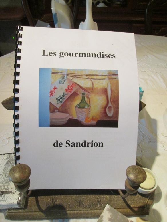 Là encore, une très belle surprise, puisque Sandrion m'a relié ce fascicule , elle l'a illustré, admirez le talent. Ce sont ses recettes fétiches ! Une mine ! Il est posé en bonne place sur un porte-livres offert par Somaja, il est du plus bel effet !
