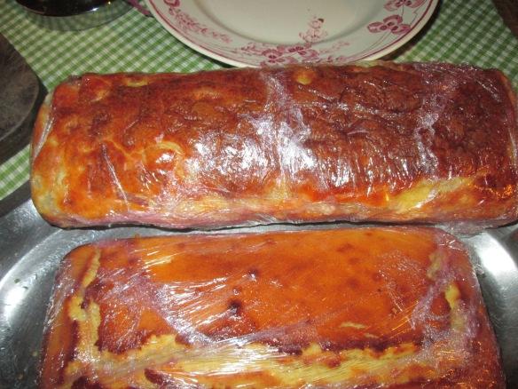Oui, il y a deux cakes sur la photo mais j'en avais fait deux dont un salé, j'ai appliqué la consigne du film alimentaire aux deux et le moelleux était parfait !