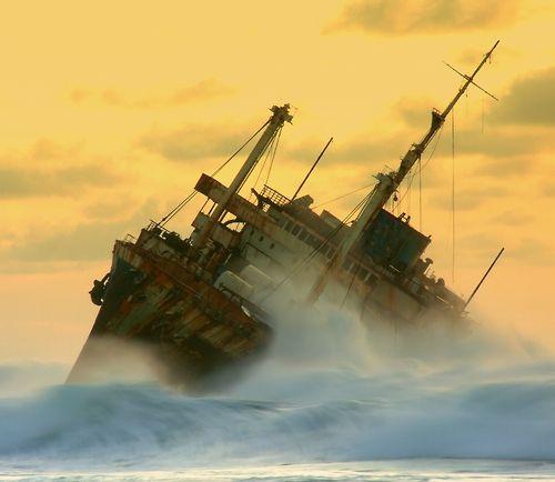a mer navire dans la tempête
