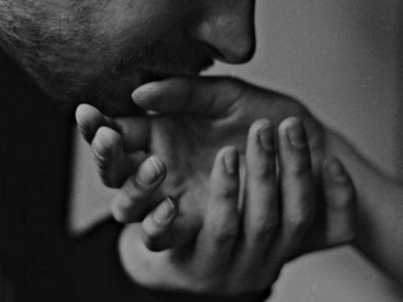 a poésie homme embrasse main