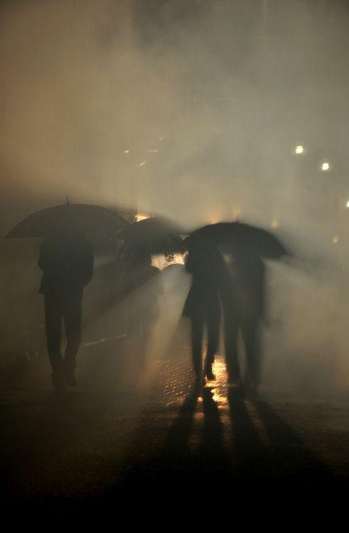 a poésie un homme une femme sous la pluie