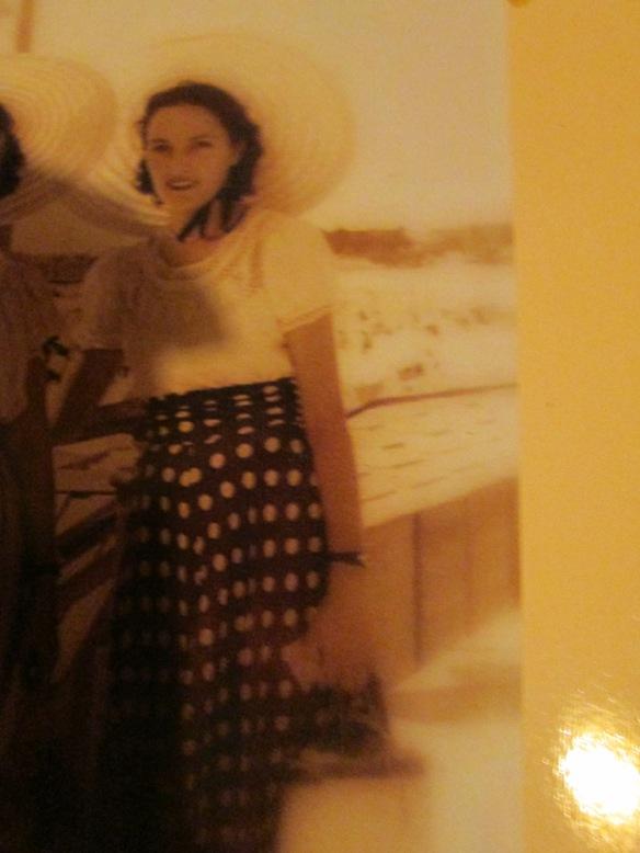 Ma man à 20 ans sur le remblai des Sables d'Olonne en 1948...avec une amie.
