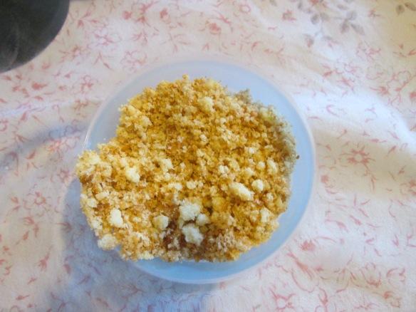 """sablés écrasés, avant que je n'ai mis le beurre qui lie et raffermit le """"socle"""" du trifle..."""