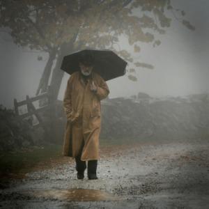 homme vieil sous la pluie