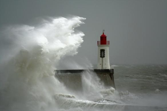 Le phare des Sables d'Olonne, un jour de tempête.