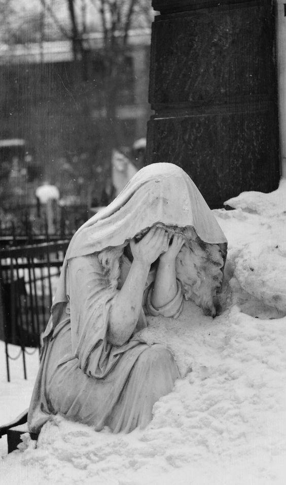 a enfants pleurante dans la neige