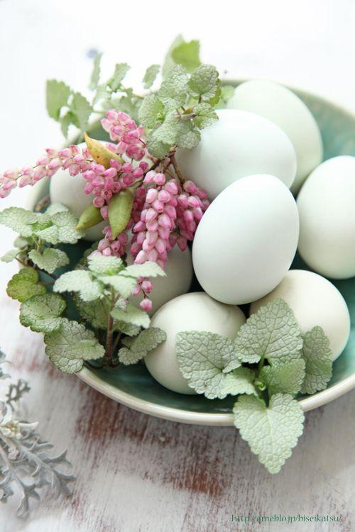 a Pâques oeufs blancs et fleurs