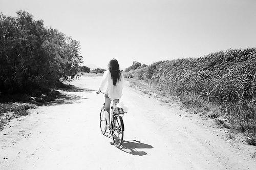 vélo n&b femme dos fairy-tales-memories tumblr