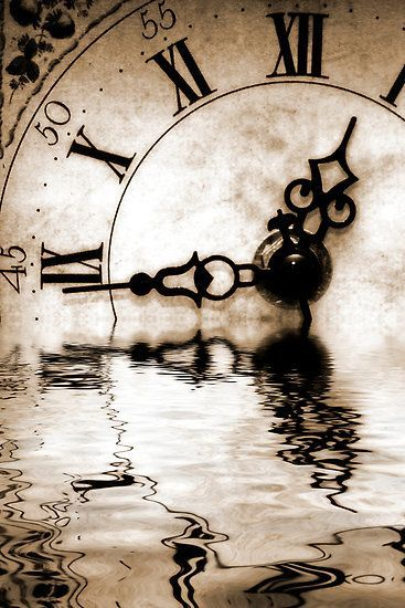 a horloge dans eau n&b sépia